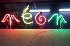 Photo d'une enseigne publicitaire en néon